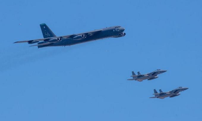 B-52 rơi linh kiện khi bay cổ vũ y bác sĩ Mỹ