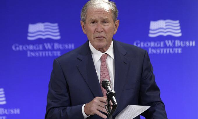 Trump công kích cựu tổng thống Bush