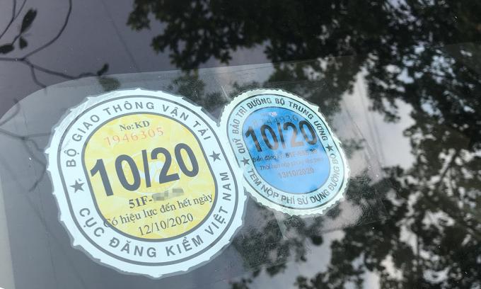 Tem đăng kiểm ghi hiệu lực đến 12/10/2020 trên một mẫu Toyota Altis. Ảnh: Thành Nhạn