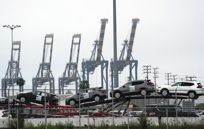 Những chiếc Nissan nằm trên xe chuyên chở trong một bến tàu tại cảng Los Angeles hôm 28/4. Ảnh: Bloomberg