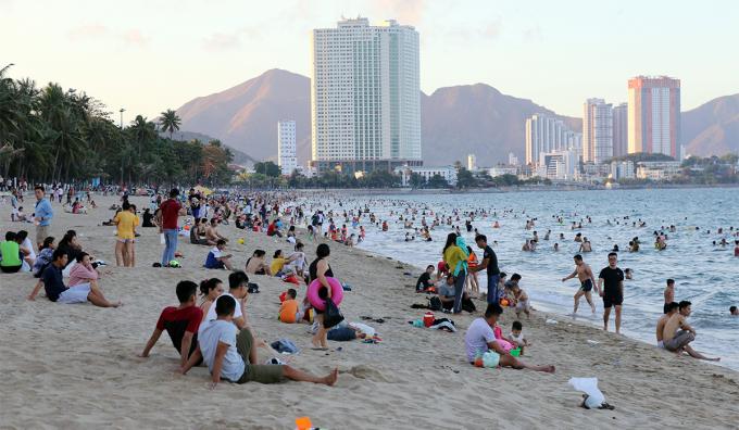Người dân xuống tắm biển Nha Trang, chiều 4/5. Ảnh: Xuân Ngọc.