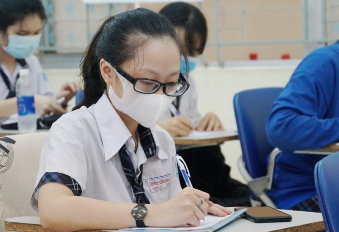 Học sinh Sài Gòn học tại lớp kết hợp online
