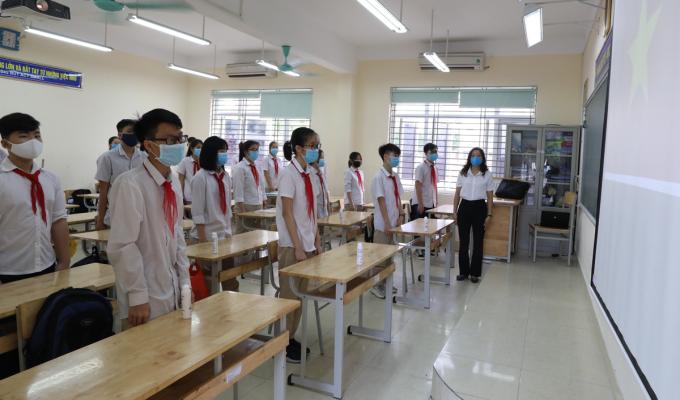 Học sinh trường Nguyễn Du chào cờ trong lớp học sáng 4/5. Ảnh: Ngọc Thành.