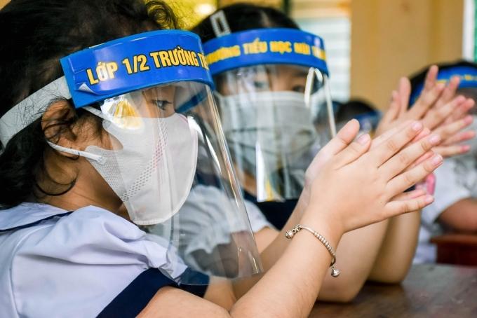 Học sinh lớp 1/2, trường Tiểu học Núi Thành (Đà Nẵng) dùng kính chắn giọt bắn trong buổi học ngày 4/5. Ảnh: Nguyễn Đông