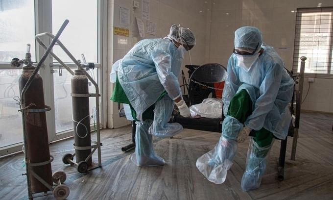 Nhân viên y tế Ấn Độ mặc đồ bảo hộ trước khi bắt đầu làm việc tại một bệnh viện ở Gauhati hôm 1/5. Ảnh:AP.