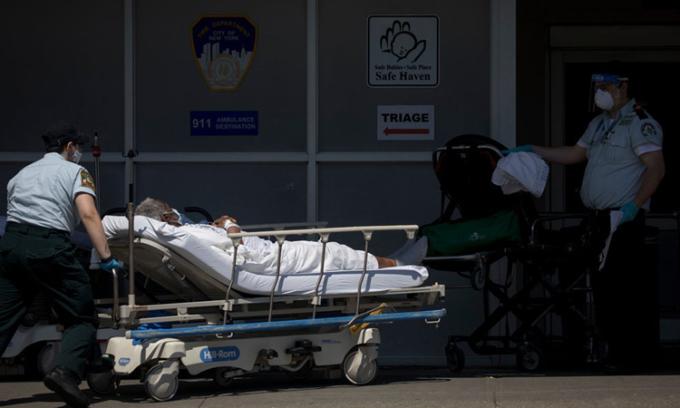 Bệnh nhân Covid-19 được chuyển tới bệnh viện ởBrooklyn, New York, hôm 2/5. Ảnh: NYTimes.