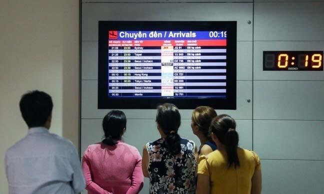 Người dân theo dõi chuyến bay đến tại sân bay Tân Sơn Nhất, TP HCM ngày 18/1. Ảnh:Quỳnh Trần.