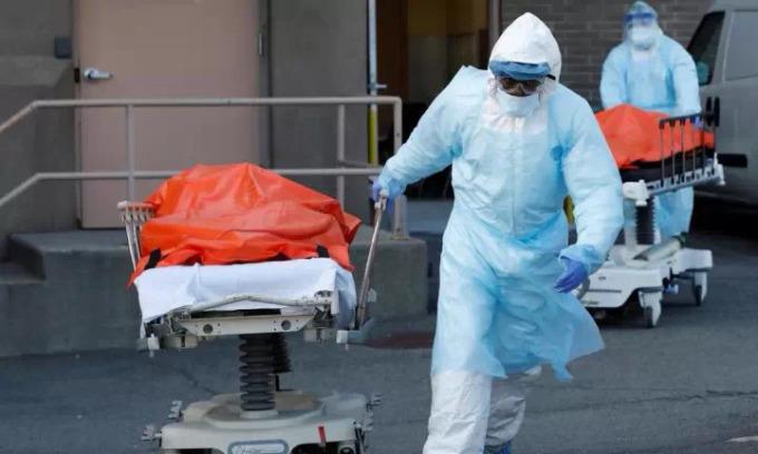 Nhân viên y tế đưa thi thể nạn nhân rời bệnh viện ở New York hồi cuối tháng 4. Ảnh: AFP.
