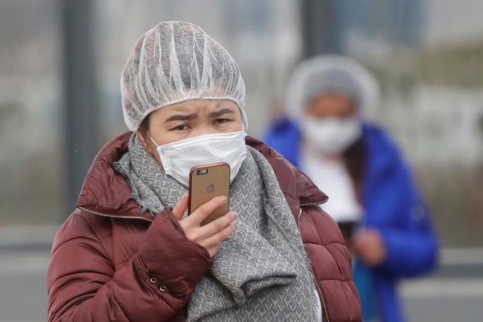 Những phụ nữ bên ngoài một bệnh viện điều trị Covid-19 tại ngoại ô Moskva, Nga hôm 20/4. Ảnh: Reuters
