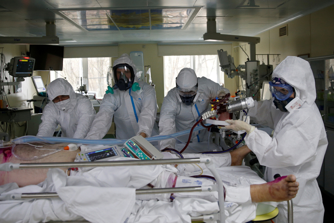 Các bác sĩ chăm sóc một bệnh nhân Covid-19 tại phòng hồi sức tích cực bệnh viện 52, Moskva, Nga hôm 28/4. Ảnh: Reuters