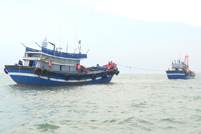 Hai tàu cá được lai dắt về cảng Chân Mây. Ảnh: Ngọc Bình