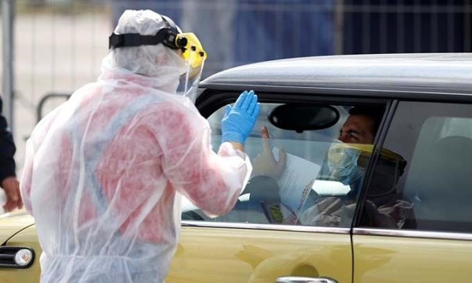 Nhân viên y tế tại một trạm xét nghiệm nCoV lưu động ở Lisbon, Bồ Đào Nha hôm 26/3. Ảnh: Reuters.