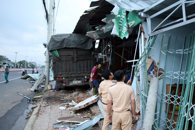 Cảnh sát giao thông ghi nhận hiện trường vụ tai nạn. Ảnh: Văn Trăm.