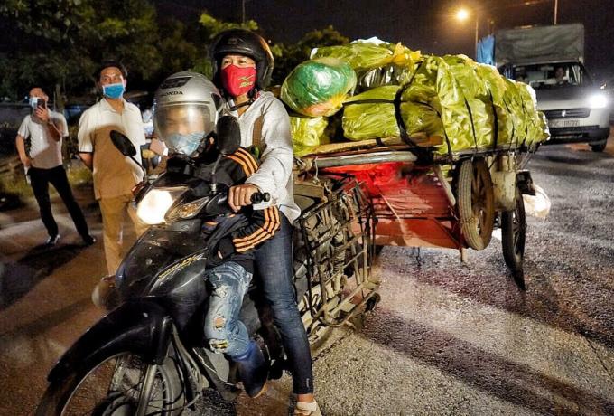Người dân chở hoa tươi ra khỏi thôn Hạ Lôi đến bán tại các chợ đầu mối sau khi chốt phong tỏa được dỡ bỏ. Ảnh: Giang Huy