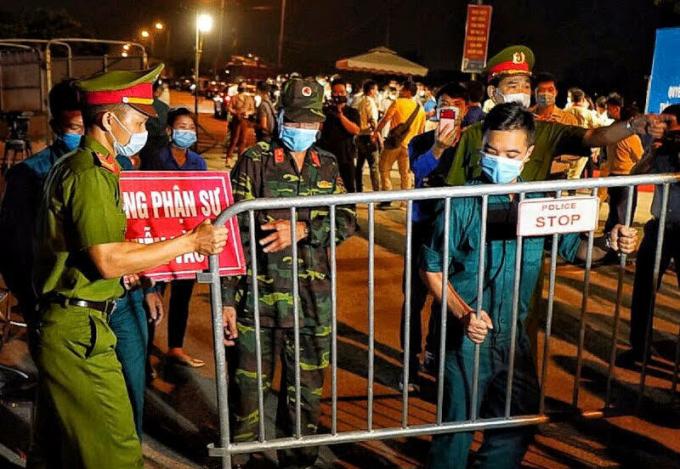 Cảnh sát dỡ chốt cách ly thôn Hạ Lôi lúc 0h ngày 6/5. Ảnh: Giang Huy