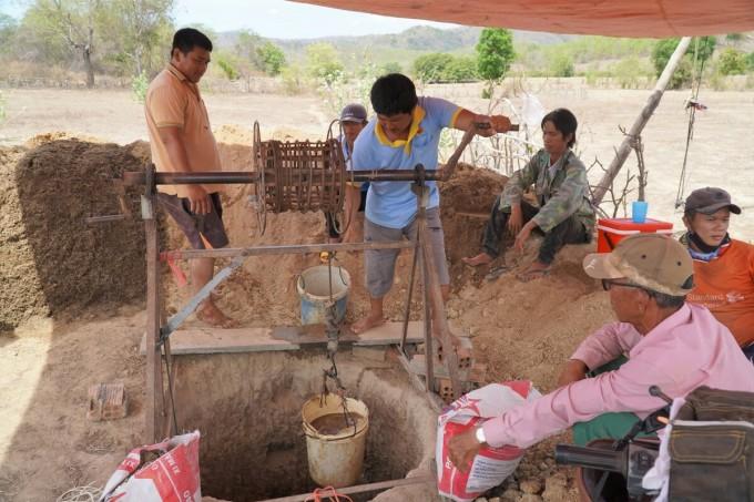 Người dân xã Thuận Hòa, huyện Hàm Thuận Bắc đào giếng gần bìa rừng để tìm nước sinh hoạt. Ảnh: Việt Quốc.