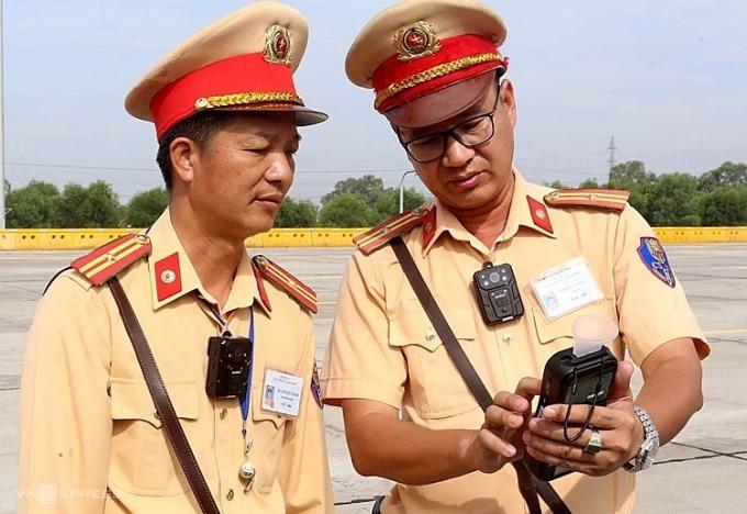 Cán bộ cục CSGT đeo camera trước ngực khi tuần tra trên cao tốc. Ảnh: Bá Đô.