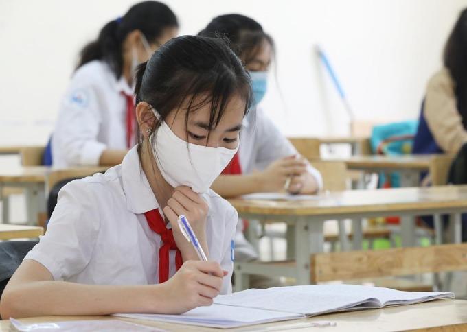 Học sinh trường THCS Nguyễn Du (Nam Từ Liêm, Hà Nội) đeo khẩu trang, ngồi mỗi em một bàn trong ngày đầu trở lại trường 4/5. Ảnh: Ngọc Thành.
