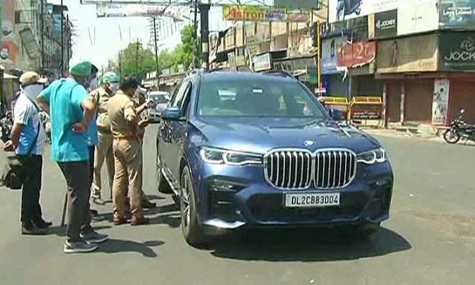 Chiếc BMW bị cảnh sát dừng lại khi trở về từ Meerut. Ảnh: News 18