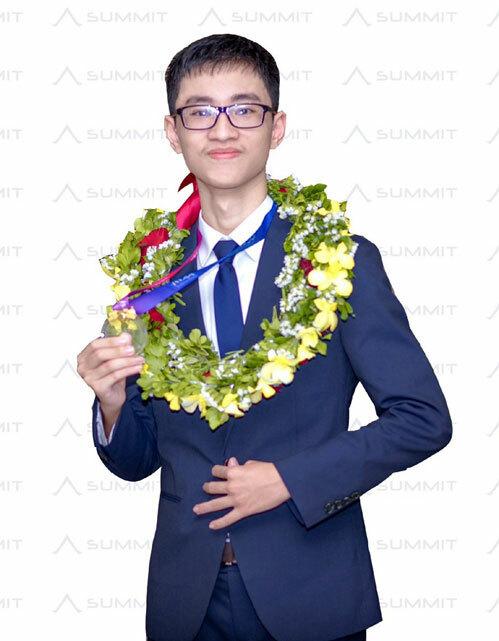 Trần Xuân Tùng là học sinh đầu tiên tại Việt Nam giành huy chương vàng Olympic quốc tế về Thiên văn học và Vật lý thiên văn 2018. Ảnh: Summit.