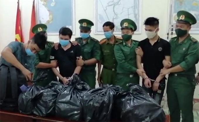 Hà và Tài (thứ ba và bảy, từ trái sang) cùng số ma tuý khi bị bắt giữ. Ảnh: An Phú