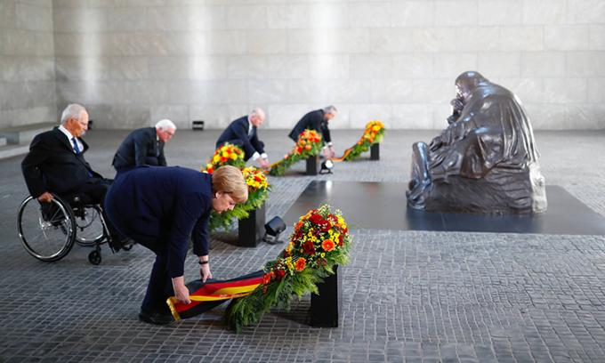 Thủ tướng Đức Angela Merkel đặt vòng hoa tại đài tưởng niệm nạn nhân chiến tranh ở Berlin, ngày 8/5. Ảnh: Reuters.