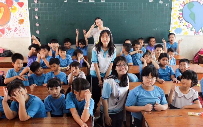 Trúc Anh cùng nhóm bạn trong dự án The Pallete trong buổi tổng kết một dự án ở làng May mắn (quận Bình Tân, TP HCM) hồi tháng 8/2018. Ảnh: Nhân vật cung cấp.