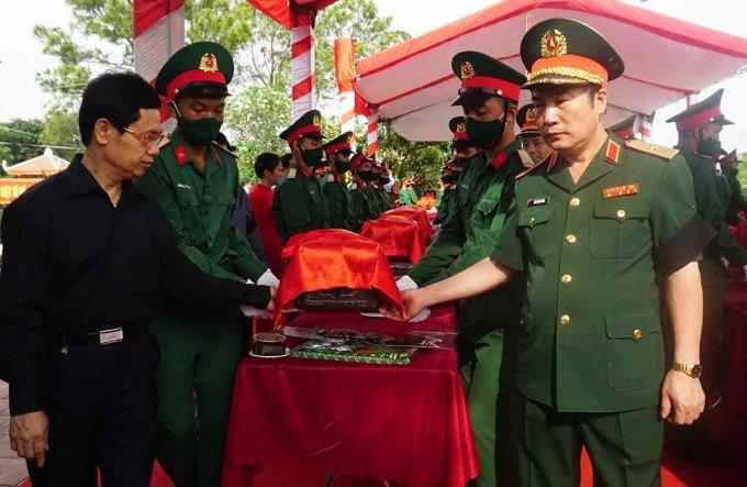 Hài lốt liệt sĩ được di chuyển để chuẩn bị án táng tại nghĩa trang huyện Nghi Lộc sáng 10/5.. Ảnh: V Khang.