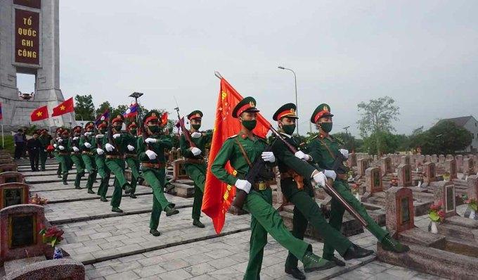 Lễ an táng 57 liệt sĩ tại nghĩa trang huyện Nghi Lộc sáng 10/5. Ảnh: V Khang.