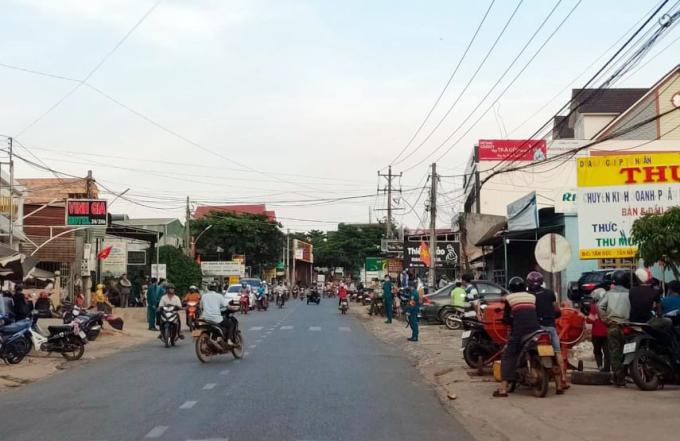 Cảnh sát phong tỏa hiện trường để khám xét nhà ông Đỗ Văn Minh, chiều 10/5. Ảnh: Khánh Hương.
