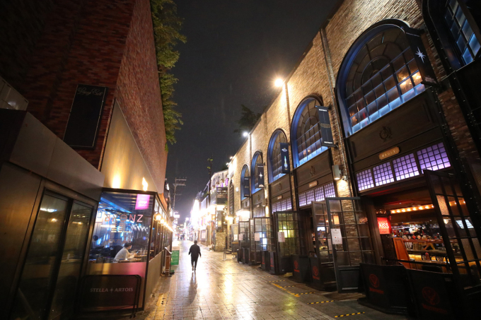 Khu Itaewon ở thủ đô Seoul vắng lặng tối thứ bảy 9/5. Ảnh: Yonhap