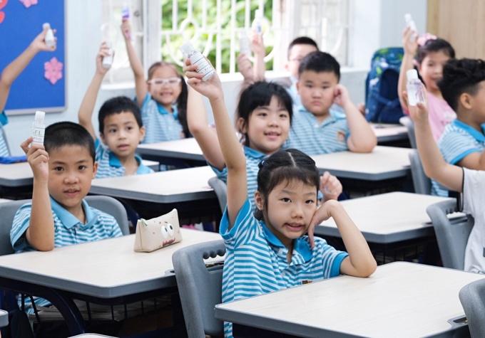 Học sinh lớp 2, trường Tiểu học Nguyễn Bỉnh Khiêm - Cầu Giấy, mang theo nước rửa tay cá nhân.Ảnh Dương Tâm