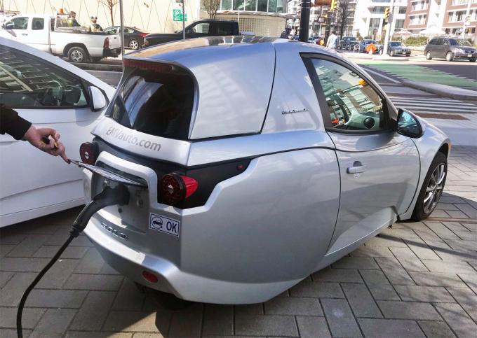 Xe trang bị gói pin 17,3 kWh, công suất 82 mã lực, với cổng sạc phía đuôi xe. Ảnh: Autotrader