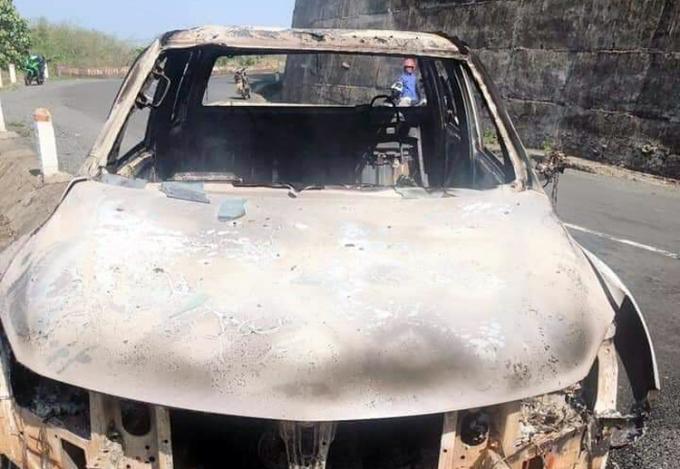 Ôtô của Minh cháy trơ khung vì bị đốt bằng ba can xăng, dầu. Ảnh: Trần Hóa.