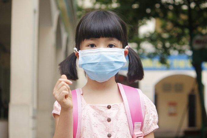 Em Nguyễn Yến Nhi, học sinh lớp 1A, trường Tiểu học Khương Thượng, trước khi vào lớp học, sáng 11/5.Ảnh: Thanh Hằng