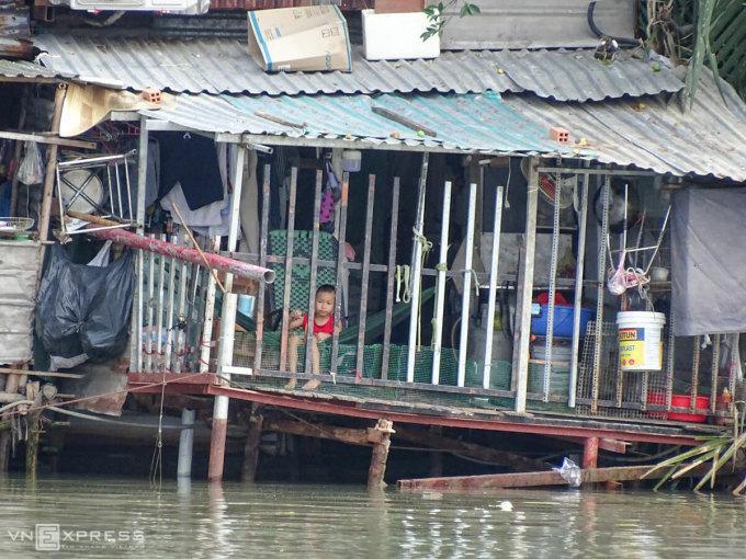 Một ngôi nhà ảnh hưởng bởi sạt lở nằm ven sông Phước Kiểng. Ảnh: Hà An.