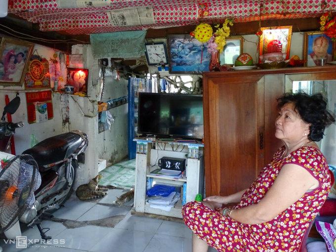 Sạt lở khiến ngôi nhà của bàPhan Thị Kim Lan nứt nẻ, hai lần phải nâng nền cao 1,5 m. Ảnh: Hà An.
