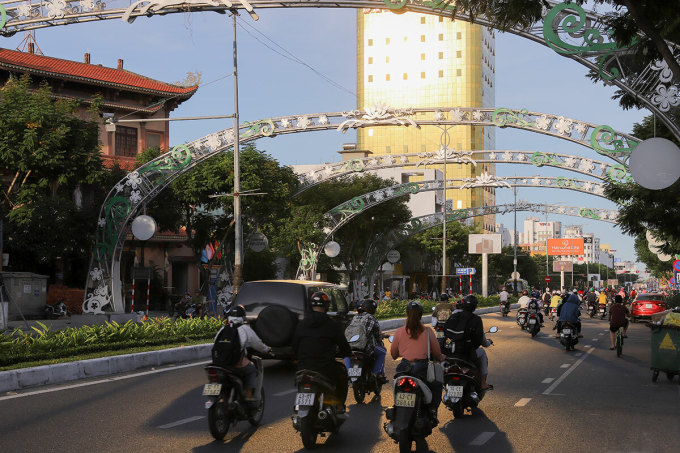 Cuối buổi chiều, lớp kính của toà nhà trên đường Nguyễn Văn Linh phản quang gây khó chịu cho những người lưu thông theo hướng từ sân bay về cầu Rồng. Ảnh: Nguyễn Đông.