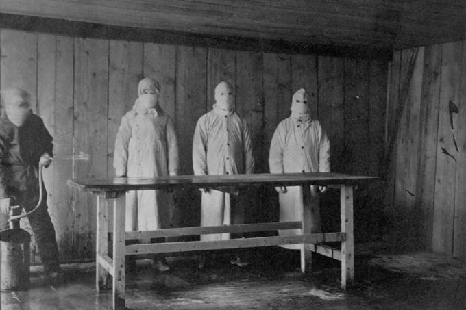 Nhân viên y tế khử trùng bàn khám nghiệm tử thi tại bệnh viện dịch hạch ở Trung Quốc năm 1910. Ảnh: