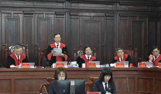 Phó Chánh án TAND Tối cao Nguyễn Trí Tuệ công bố quyết định giám đốc thẩm, ngày 8/5. Ảnh: TTXVN.