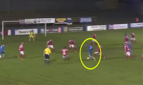 Cầu thủ dùng một chiêu qua rừng người ghi bàn - 1