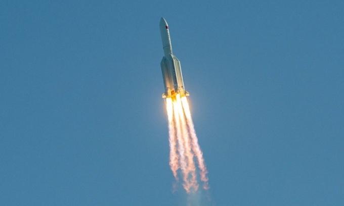 Tên lửa Trường Chinh 5B cất cánh từ trung tâm phóng Văn Xương hôm 5/5. Ảnh: Reuters.