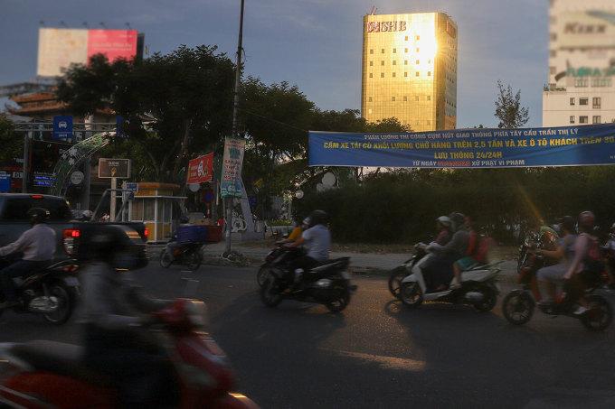 Lớp kính vàng của toà nhà SHB gây phản quang, chói vào người đi đường. Ảnh: Nguyễn Đông.