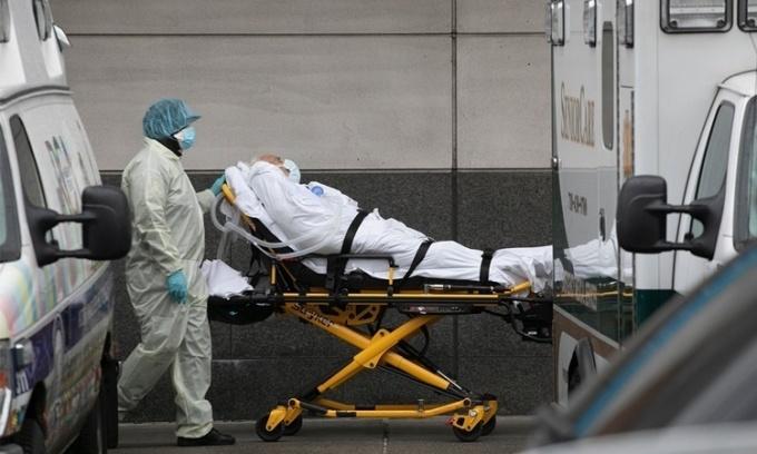 Nhân viên y tế di chuyển một bệnh nhân tại bệnh viện Maimonides ở New York ngày 6/5. Ảnh: AP.