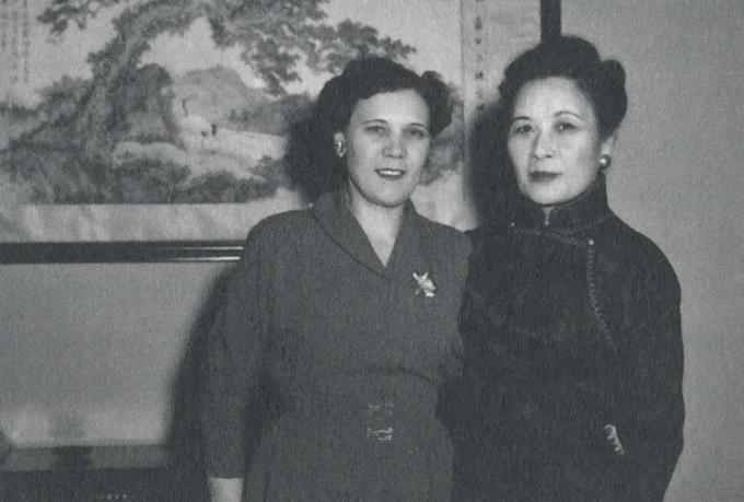 Faina (trái) và Tống Mỹ Linh, vợ Tưởng Giới Thạch. Ảnh:Academia Historica.