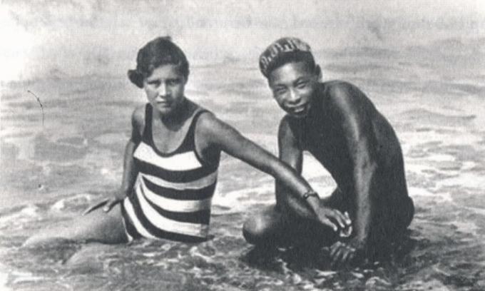 Faina Vakhreva và Tưởng Kinh Quốc trên con sông gần thành phốSverdlovsk ở Nga vào giữa những năm 1930. Ảnh: SCMP.