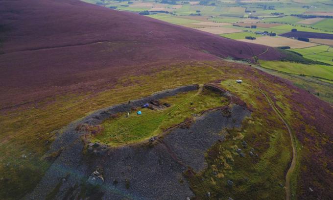 Tàn tích khu dân cư cổ xưa trên đỉnh đồiTap o Noth. Ảnh: Sky News.