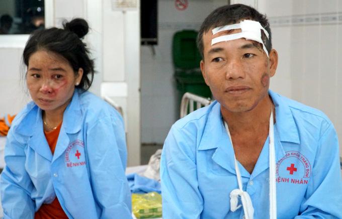 Ông Phú và vợ đang được điều trị tại Khoa cấp cứu Bệnh viện đa khoa Trảng Bom. Ảnh: Đăng Khoa.