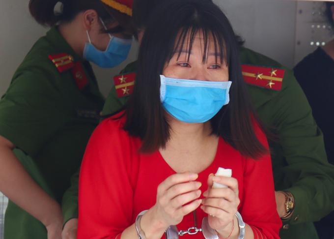 Bị cáo Nguyễn Thị Thu Loan bị dẫn giải lên xe thùng, ngày 15/5. Ảnh: Phạm Dự.