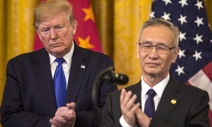 Tổng thống Donald Trump vàPhó thủ tướng Trung Quốc Lưu Hạc (phải) tại thủ đô Washington, Mỹ, hôm 15/1. Ảnh:Bloomberg.